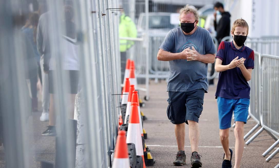 Pessoas desinfetam as mãos após fazerem testes de Covid-19 em Southend-on-sea, na Inglatera Foto: JOHN SIBLEY / REUTERS