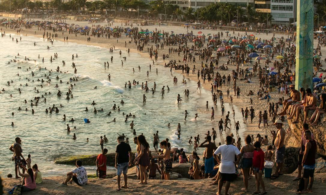 Praia do Arpoador lotada no último domingo: cenário em nada remete a tempos de pandemia no Rio Foto: Brenno Carvalho em 13-9-2020 / Agência O Globo