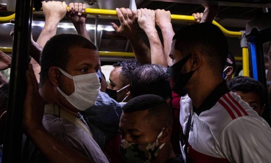 Transporte público lotado aumenta a circulação do coronavírus Foto: Hermes de Paula