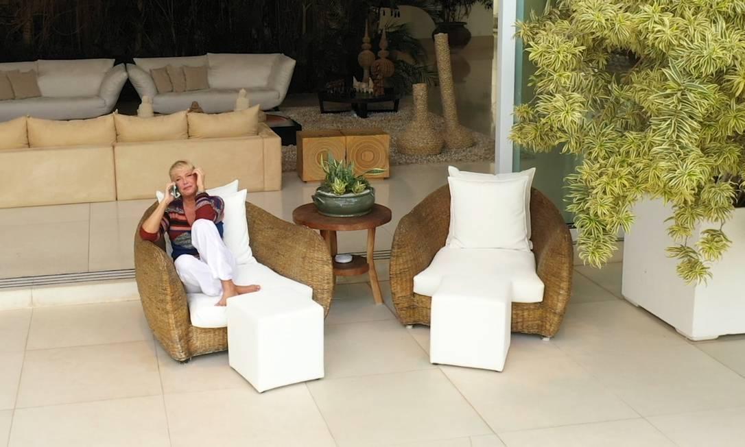 """A apresentadora Xuxa Meneghel em sua casa, durante conversa da série """"Entrevista na janela"""" Foto: Gabriel Monteiro / O GLOBO"""