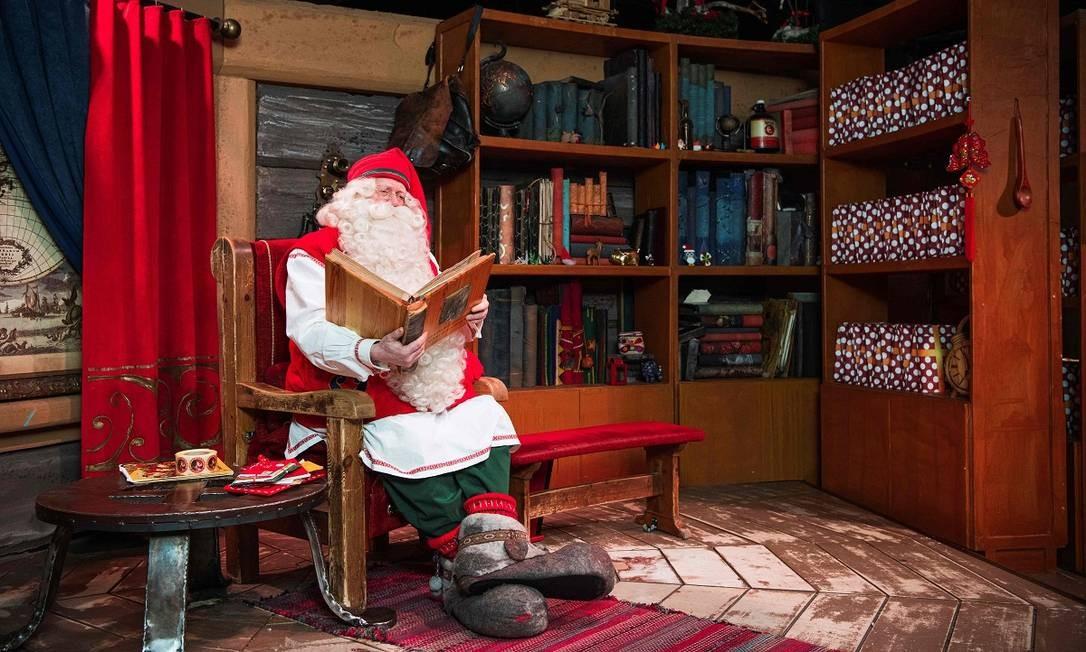Papai Noel relaxa lendo um livro em seu escritório, no Rovaniemi Santa Park, parque temático que costumava atrair milhares de turistas para a Lapônia, na Finlândia Foto: Jonathan Nackstrand / AFP