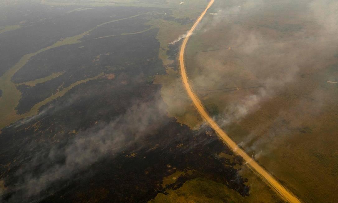 Vista aérea da rodovia Transpantaneira, em Mato Grosso, cercada de fumaça; neste ano, já foram registrados 15.756 focos de incêndio no bioma Foto: MAURO PIMENTEL / AFP