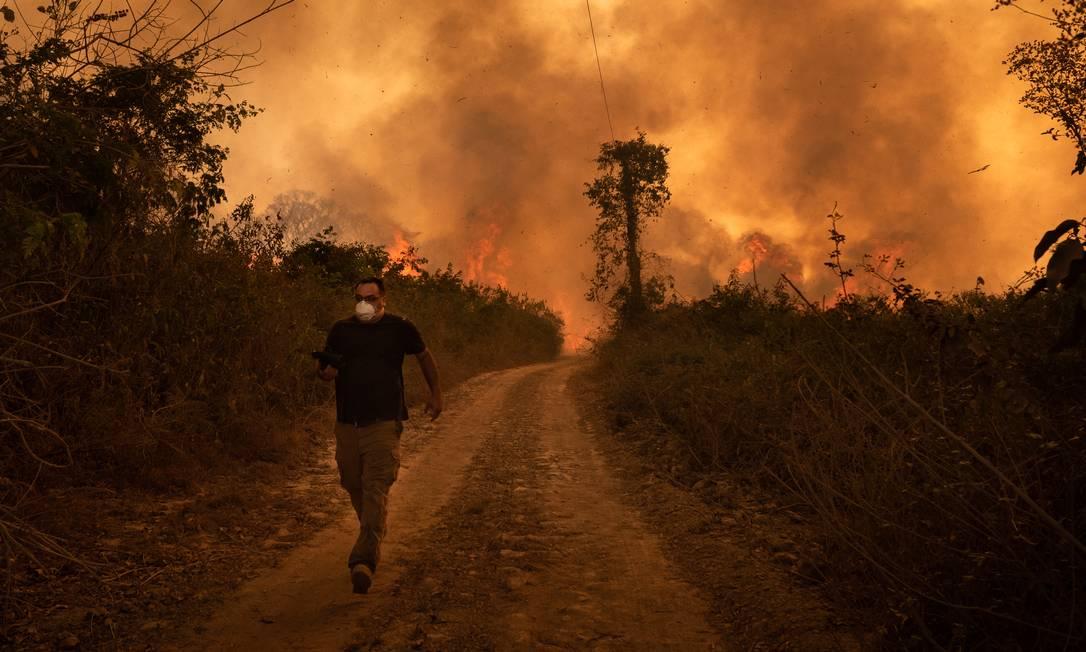 Chamas sem controle no Pantanal, na região do município de Poconé (MT) Foto: Gustavo Basso / Agência O Globo