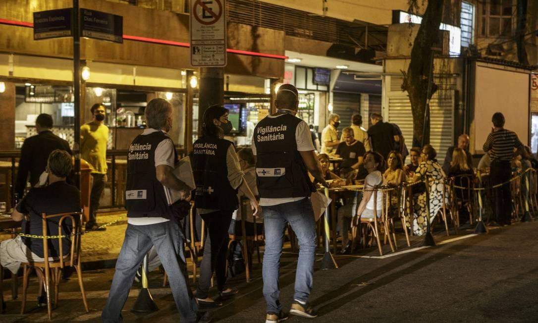 Depois do aumento de casos de Covid-19, prefeitura aumenta fiscalização na Rua Dias Ferreira Foto: Alexandre Cassiano / Agência O Globo