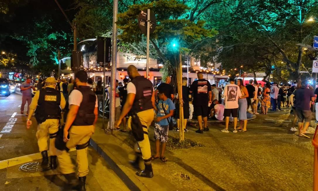 Leblon nesta sexta-feira com fiscalização e praça cheia Foto: Felipe Grinberg