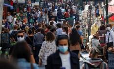 De máscaras, pessoas caminham pelas ruas parisienses Foto: GONZALO FUENTES / REUTERS / 18-9-2020
