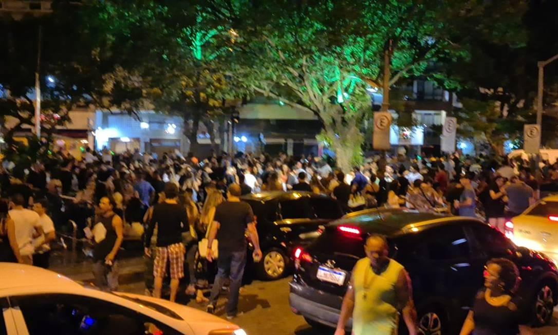 Na noite de sexta-feira, bares e restaurantes lotados, desrespeitando as medidas restritivas do estado e do município Foto: Felipe Grinberg / Agência O Globo