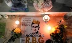 Velas foram acesas ao lado de fotos da juíza Ruth Bader Ginsburg enquanto pessoas lamentavam sua morte na Suprema Corte em Washington Foto: JOSHUA ROBERTS / REUTERS/19-09-2020