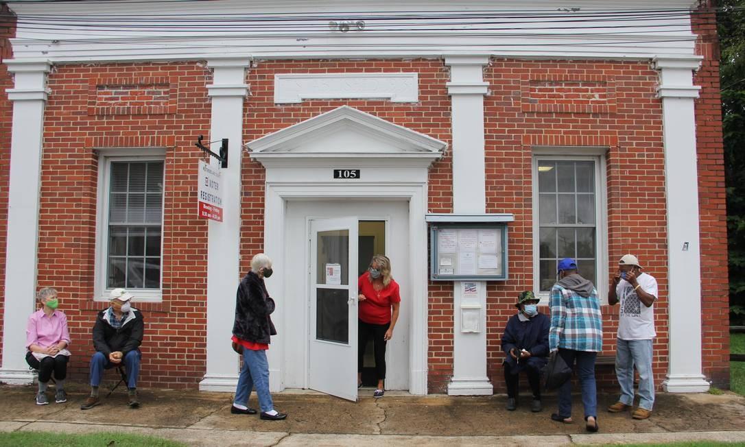 Os sete primeiros eleitores que chegaram para votar na sexta em Montross, sede do condado Foto: Paola de Orte / Infoglobo