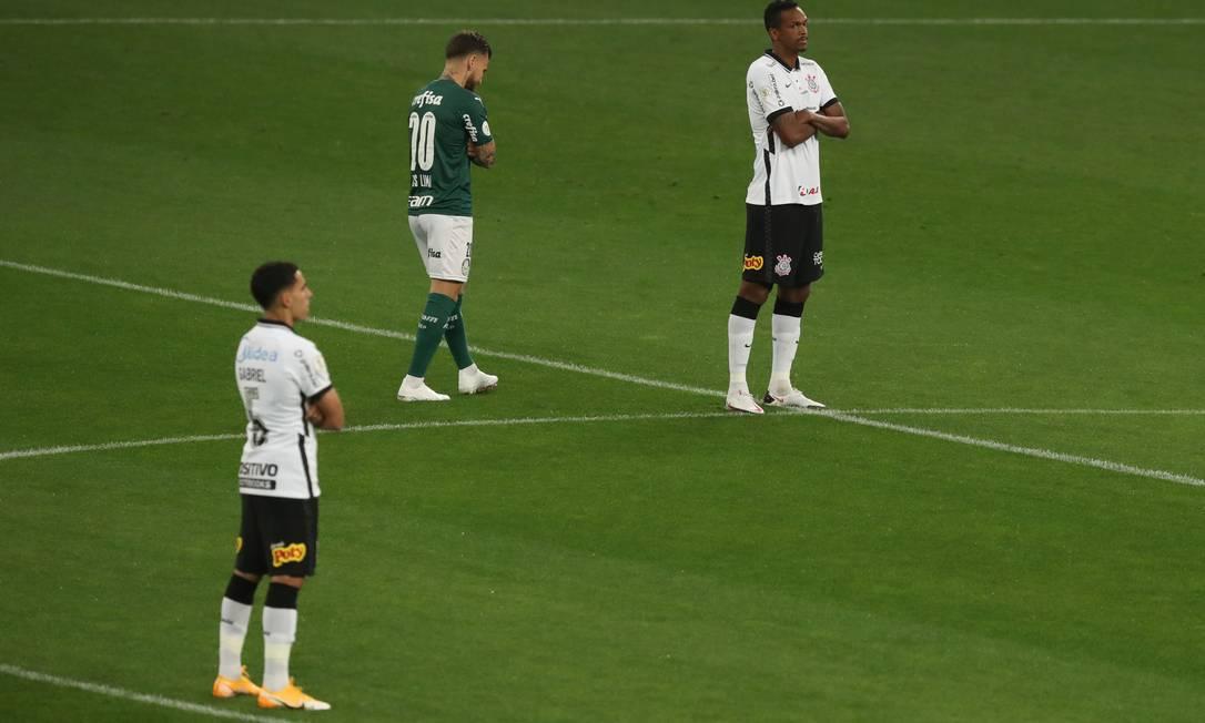 Jogadores de Palmeiras e Corinthians cruzam os braços em protesto contra a invasão ao treino do Figueirense Foto: AMANDA PEROBELLI / REUTERS