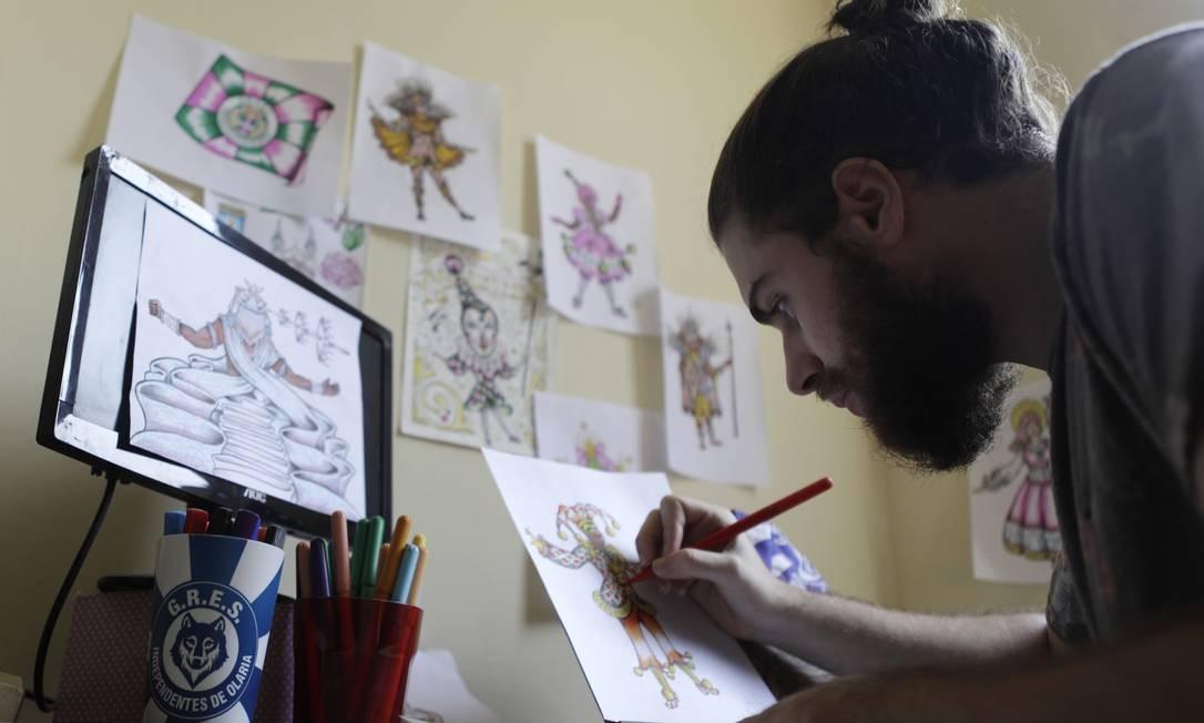 O carnavalesco Alex Carvalho desenha fantasia da Primeira Estação do Samba : enredo vai homenagear Nossa Senhora da Penha Foto: Luiza Moraes / Agência O Globo