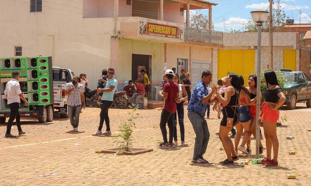 População se reúne para convenção partidiária no centro de Guaribas. Na foto, forró ao meio dia na praça da cidade Foto: Manoel Ventura / Agência O Globo