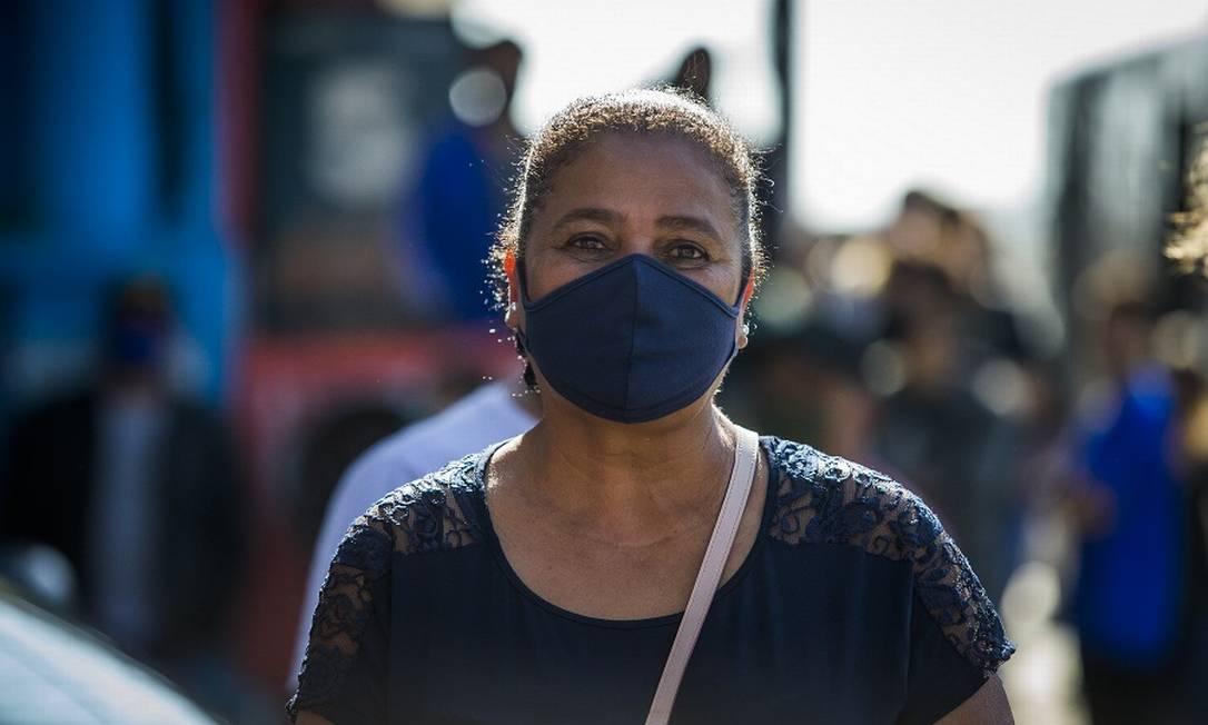 Tereza Cristina Belo Santos, 58 anos, diz que o auxílio salvou sua família, mas não vota em Bolsonaro Foto: Edilson Dantas / Agência O Globo
