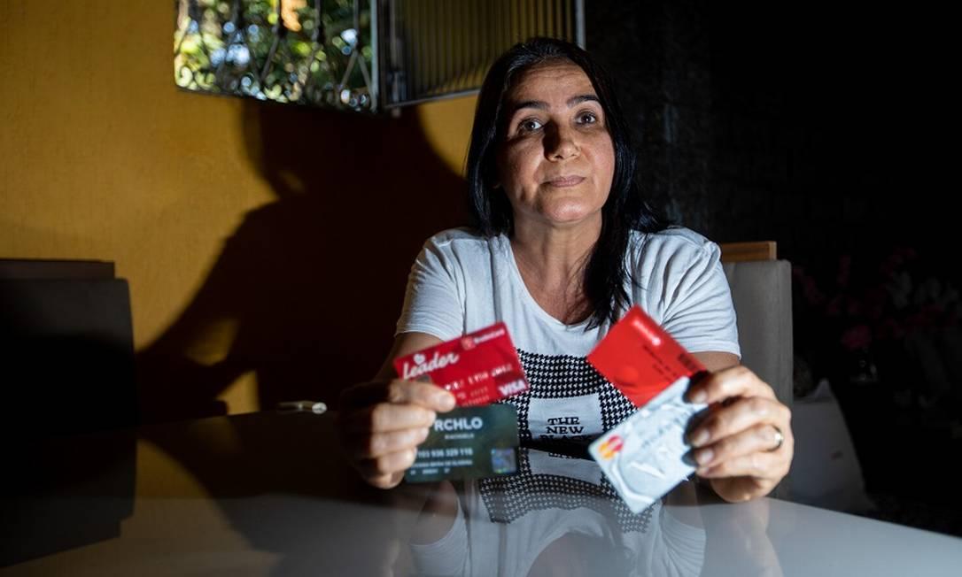 Edvania Carvalho tem três cartões de lojas diferentes. Foto: Brenno Carvalho / Agência O Globo