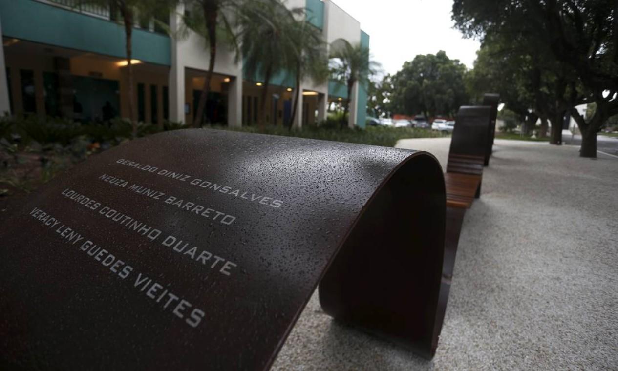 Memorial de vítimas da Covid-19 é inaugurado no Cemitério da Penitência , no Caju. Batizado de Memorial In-finito, o monumento, com quase 40 metros, vai receber o nome de pessoas que morreram em decorrência do novo coronavírus Foto: FABIANO ROCHA / Agência O Globo