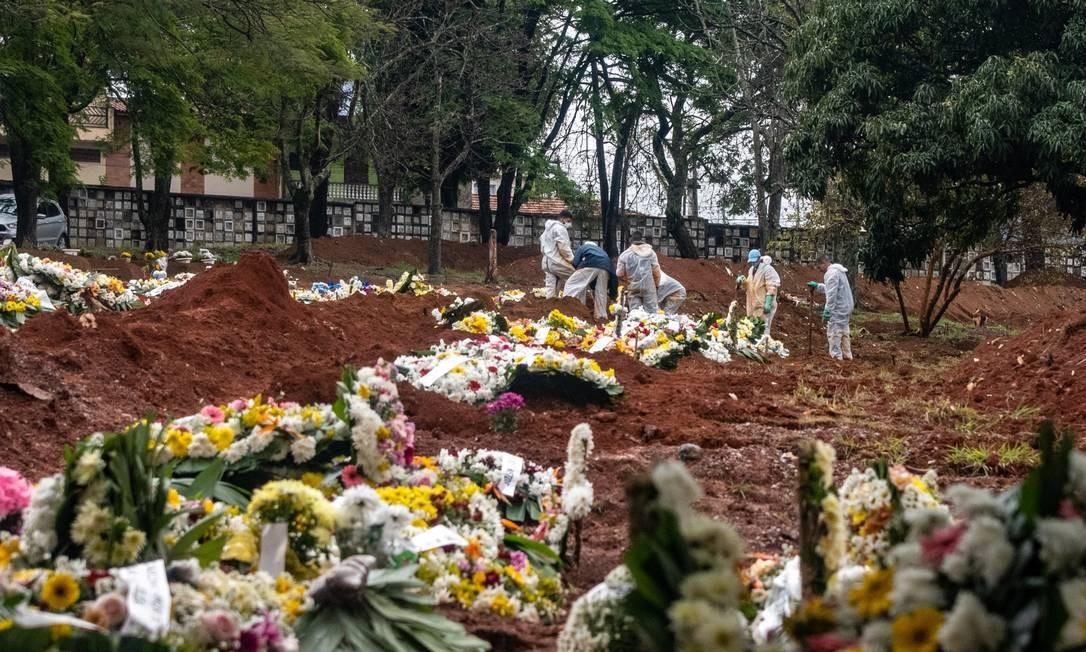 Funcionários trabalham no sepultamento de vitimas da Covid-19 no Cemitério Vila Formosa, zona leste de São Paulo Foto: Antonio Molina/Zimel Press/Agência O Globo/22-8-2020
