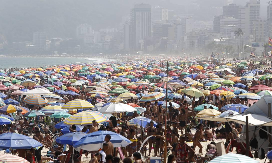 Aglomeração na Praia de Ipanema, no Rio, no último sábado, dia 12 Foto: Fábio Rossi / Agência O Globo