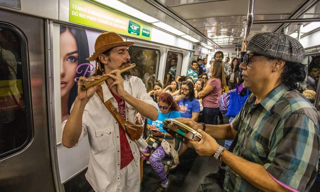 Artistas de rua se apresentam nos vagões do metrô do Rio Foto: Bárbara Lopes / Agência O Globo