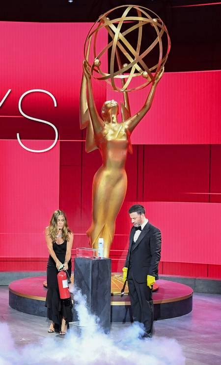 Jimmy Kimmel observa Jennifer Aniston no Staples Center durante a cerimônia do Emmy Foto: - / AFP