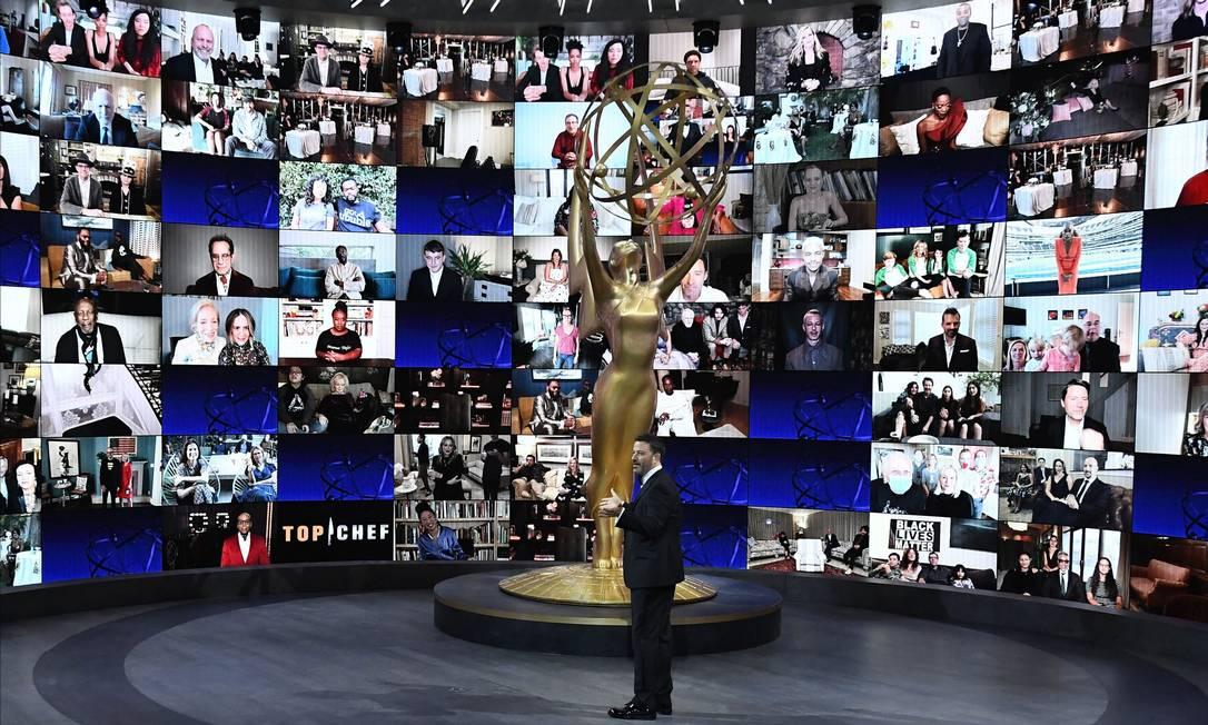 Jimmy Kimmel em frente à tela com indicados ao Emmy 2020, cada um em sua casa Foto: - / AFP