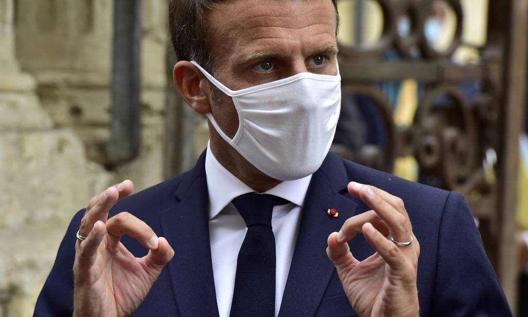 Presidente da França, Emmanuel Macron, usa máscara durante entrevista coletiva com jornalistas Foto: GEORGES GOBET / AFP