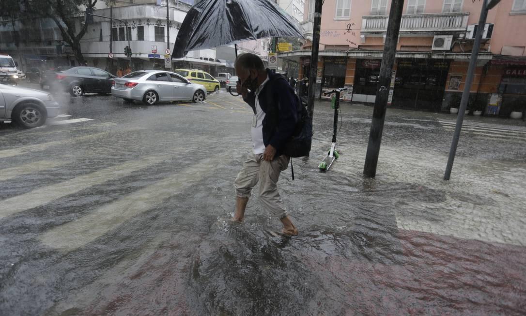 Ruas alagaram com a chuva constante e forte na manhã desta terça-feira Foto: Marcia Foletto / Agência O Globo