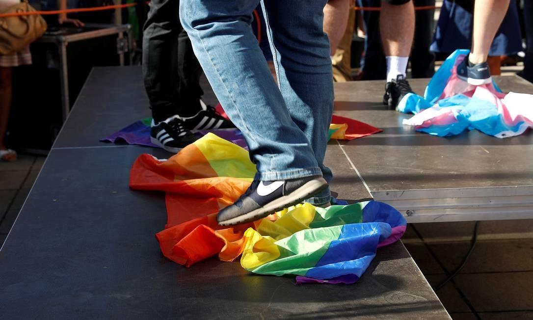 """Nacionalistas pisam em bandeiras do arco-íris para protestar contra o que eles chamam de """"agressão LGBT"""" em Varsóvia Foto: KACPER PEMPEL / REUTERS/16-08-2020"""