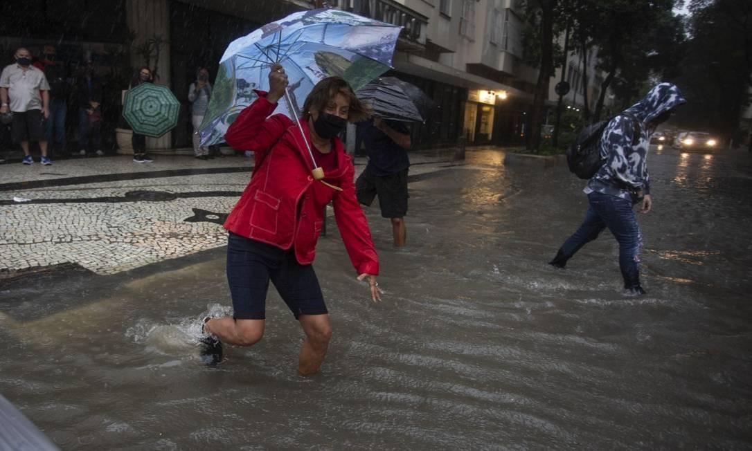 A aposentada Marilene Mattos de Lima enfrentou um 'rio' na rua Tonelero, esquina com Siqueira Campos, em Copacabana, para voltar para casa Foto: Márcia Foletto / Agência O Globo