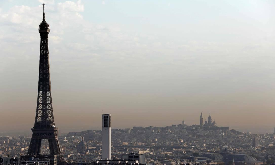 Foto aérea da capital francesa mostra a Torre Eiffel e, ao fundo, a Basílica do Sagrado Coração Foto: THOMAS COEX / AFP / 15-9-2020