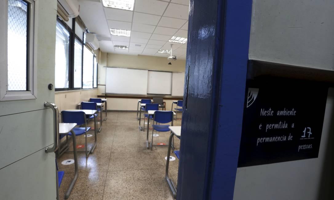 Além do distanciamento entre as carteiras, placas sinalizam o número máximo permitido de pessoas em cada sala no Instituto GayLussac, em Niterói Foto: Fabiano Rocha / Agência O Globo