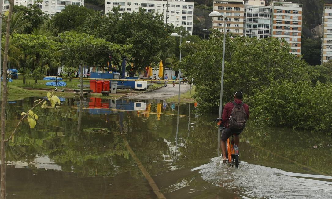 Trecho do Parque dos Patins, na Lagoa, está alagado na manhã desta quarta-feira Foto: Fabiano Rocha / Agência O Globo