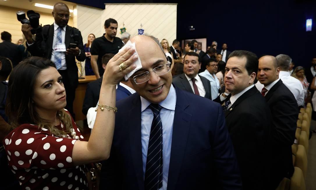 Helena Witzel enxuga testa de Wilson Witzel, no dia da diplomação como governador do Rio Foto: Pablo Jacob / Agência O Globo - 18/12/2018