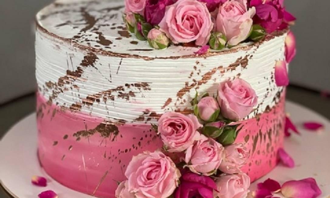 A sugestão da Nakedcake.rj para celebrar a primavera é o Bolo Rosas. Os bolos podem ter massa amanteigada e os recheios diversos: brigadeiro branco, limão siciliano, chocolate, leite ninho, paçoca, doce de leite, nozes brigadeiro de Nutella. Preço: R$160 e serve entre 10 e 12 fatias. Encomendas 21 98122-0388 Foto: Divulgação / .