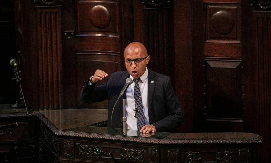 O deputado Márcio Gualberto (PSL) discursa na tribuna da Alerj. Parlamentar disse que governador afastado teria que se defender do presídio de Gericinó, não em plenário Foto: BRENNO CARVALHO / Agência O Globo