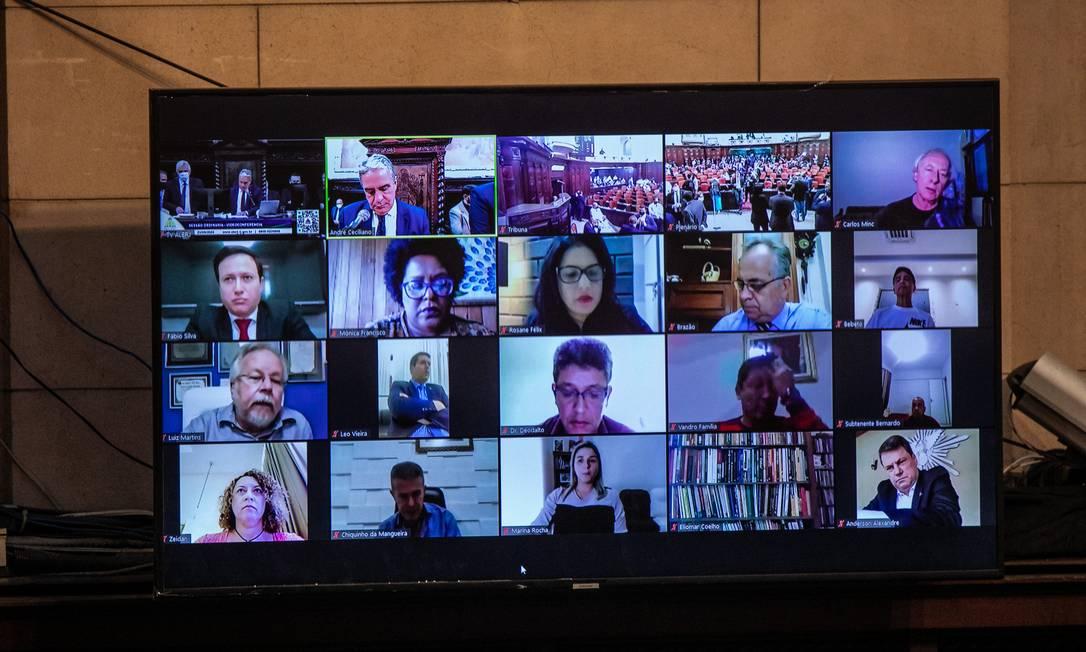Tela mostra deputados que participam virtualmente da sessão Foto: BRENNO CARVALHO / Agência O Globo