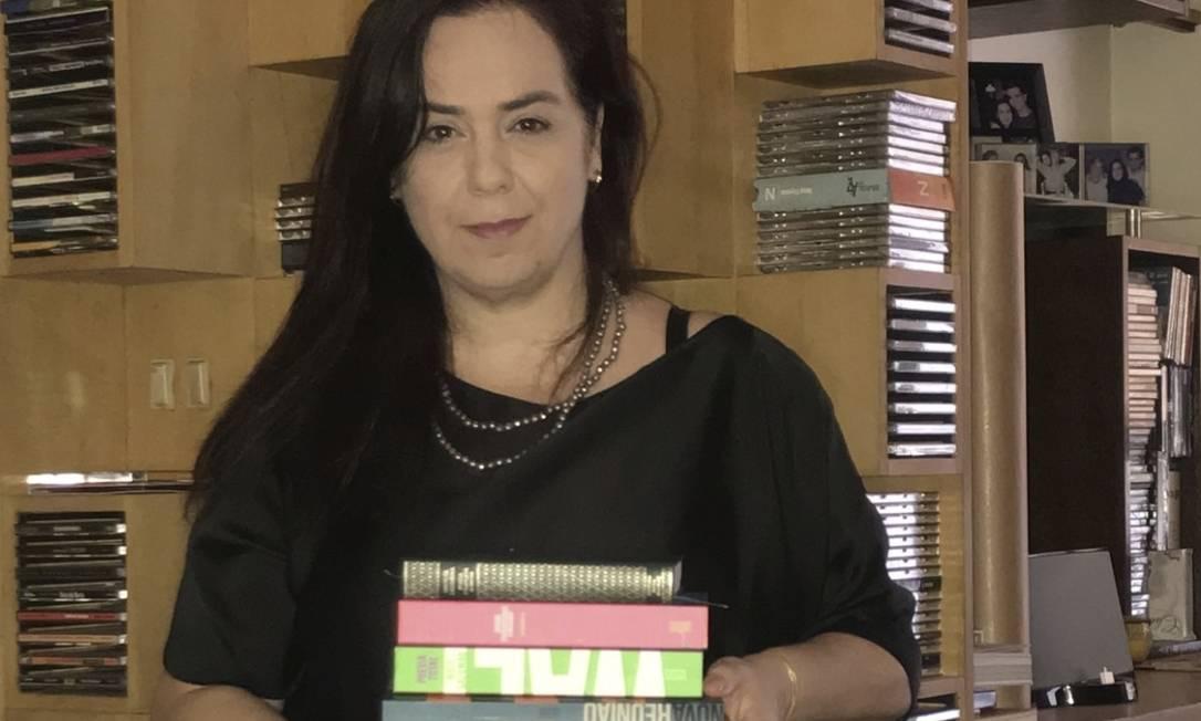 Bibliografia. Flávia Souza Lima com livros de poetas como Ferreira Gullar e Carlos Drummond de Andrade, também abordados no podcast Foto: Divulgação