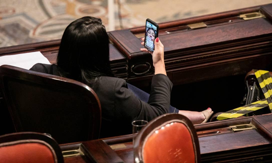 Momento live: deputados falam com seus seguidores em transmissão ao vivo pelos seus celulares Foto: BRENNO CARVALHO / Agência O Globo