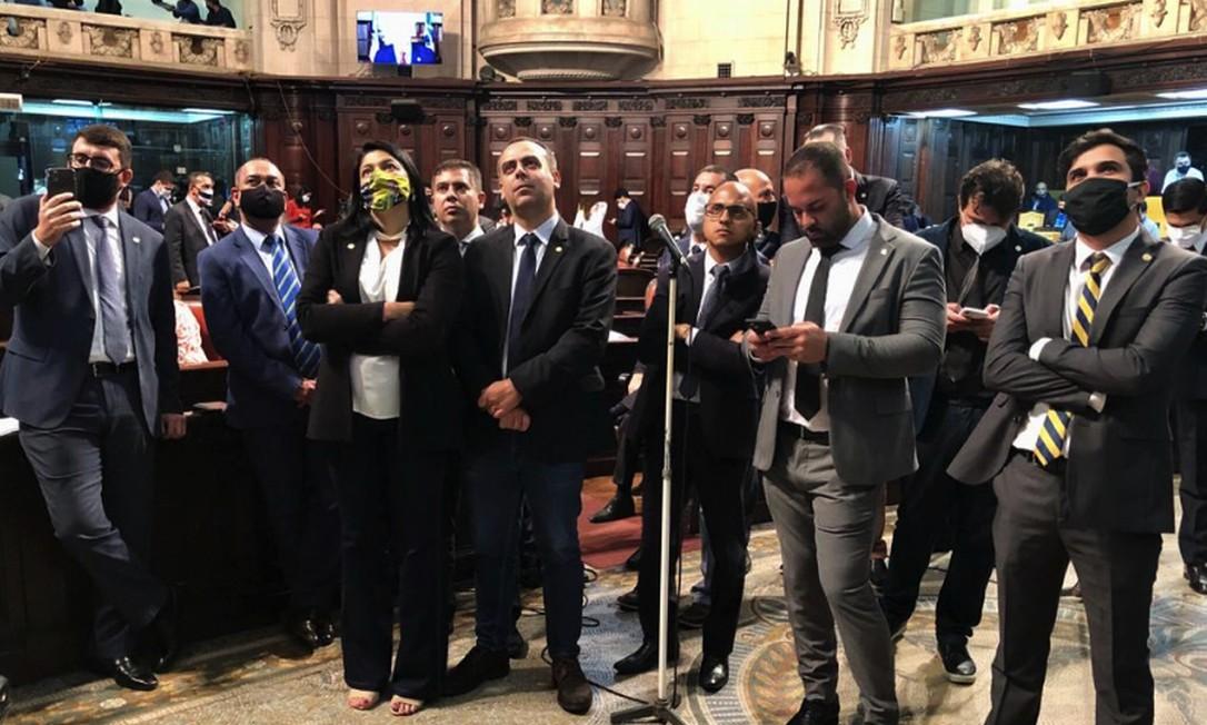 Deputados acompanham defesa de Witzel no telão do plenário Foto: Rafael Wallace / Alerj/Divulgação