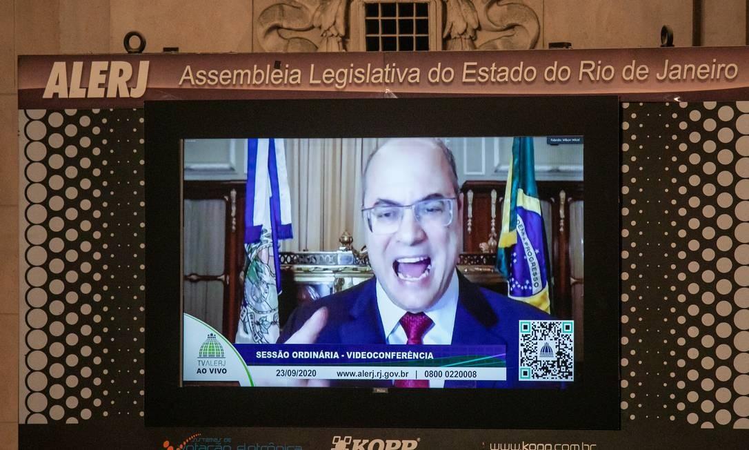 Witzel defende-se por videoconferência no telão do Palácio Tiradentes; governador atacou deputados Foto: Brenno Carvalho / Agência O Globo