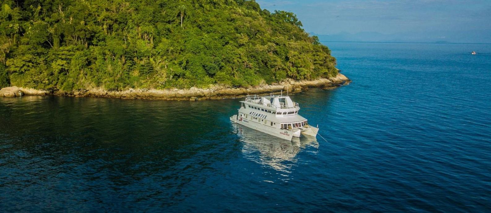 Barco usado para liveaboard da Atlantis Divers atracado em algum recanto da Ilha Grande Foto: Clecio Mayrink / Atlantis Divers / Divulgação