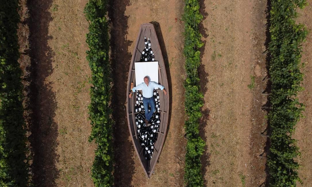Bernardo Alves, no barco Dory, em meio aos vinhedos da Adega Mãe Foto: Fernando Donasci