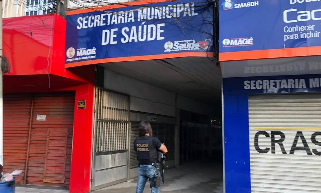 Um policial federal observa a Secretaria de Saúde de Magé Foto: Reprodução