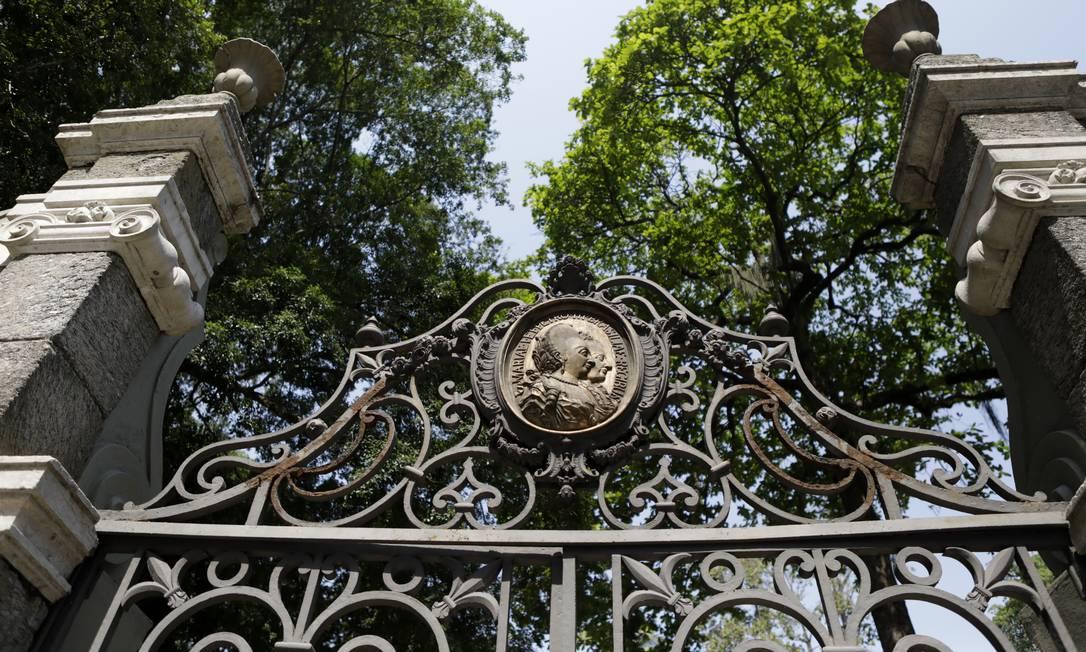 Portão do Passeio Público, feito pelo Mestre Valentim, tem os perfis de D. Maria I, rainha de Portugal, e seu marido Pedro III Foto: Luiza Moraes / Agência O Globo
