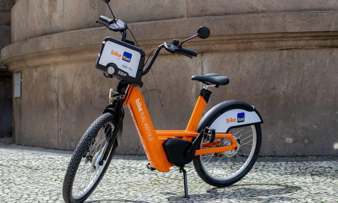 Coletivo. As bicicletas elétricas ficarão nas mesmas estações das convencionais, onde também serão recarregadas Foto: Gabi Correa