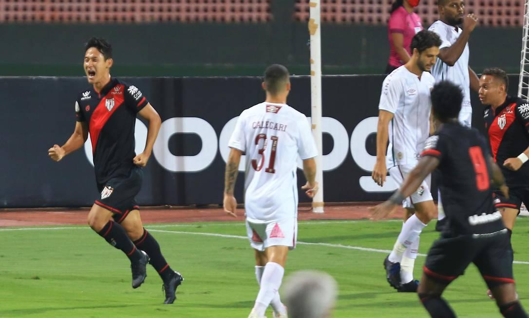 Chico comemora o primeiro gol do Atlético-GO sobre o Fluminense Foto: Carlos Costa/Futura Press