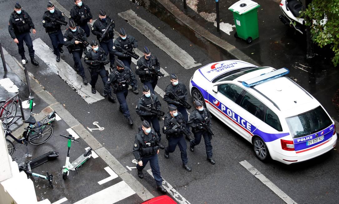 Policiais chegam ao local do ataque próximo ao antigo escritório do jornal satírico Charlie Hebdo, em Paris, França Foto: GONZALO FUENTES / REUTERS