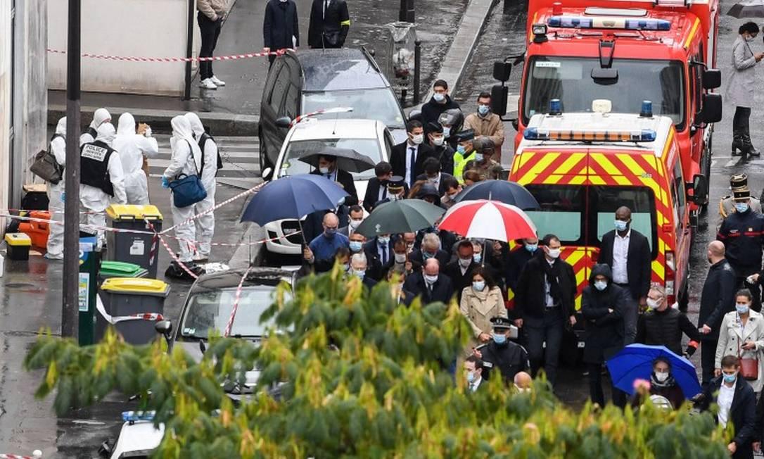 Ao centro, o primeiro-ministro francês, Jean Castex, visita local do ataque ao lado do Ministro do Interior, Gerald Darmanin, e da prefeita de Paris, Anne Hidalgo Foto: ALAIN JOCARD / AFP