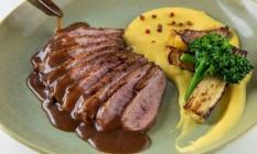 Didier: magret de pato com purê de batata baroa, brócolis, caju grelhado e molho de acerola Foto: Divulgação