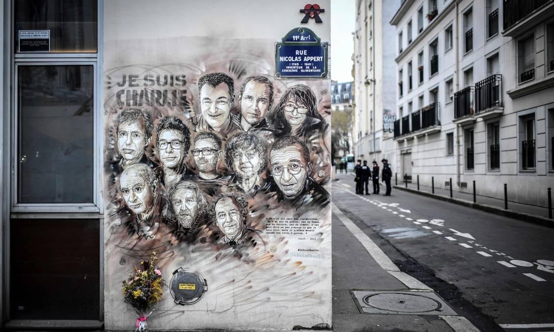 Mural do artista Christian Guemy mostra os rostos das 11 pessoas que morreram na redação da Charlie Hebdo durante os ataques de 2015 Foto: STEPHANE DE SAKUTIN / AFP