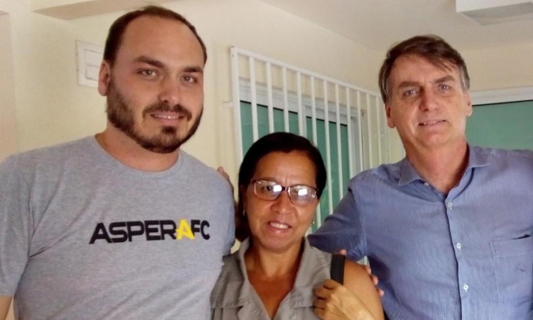Walderice Santos da Conceição, conhecida como 'Wal do açaí', com Carlos e Jair Bolsonaro Foto: Reprodução/Redes sociais